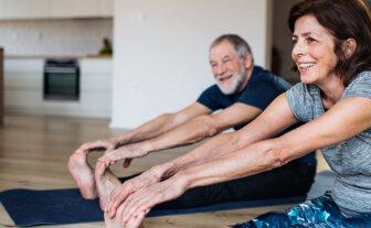12 exercícios de alongamento para quem tem artrite reumatoide